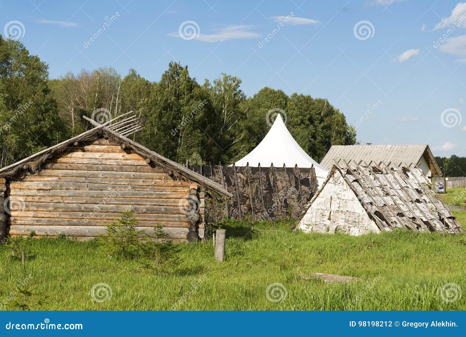 Altes Kleines Holzhaus Im Dorf Stockfoto Bild Von Tur