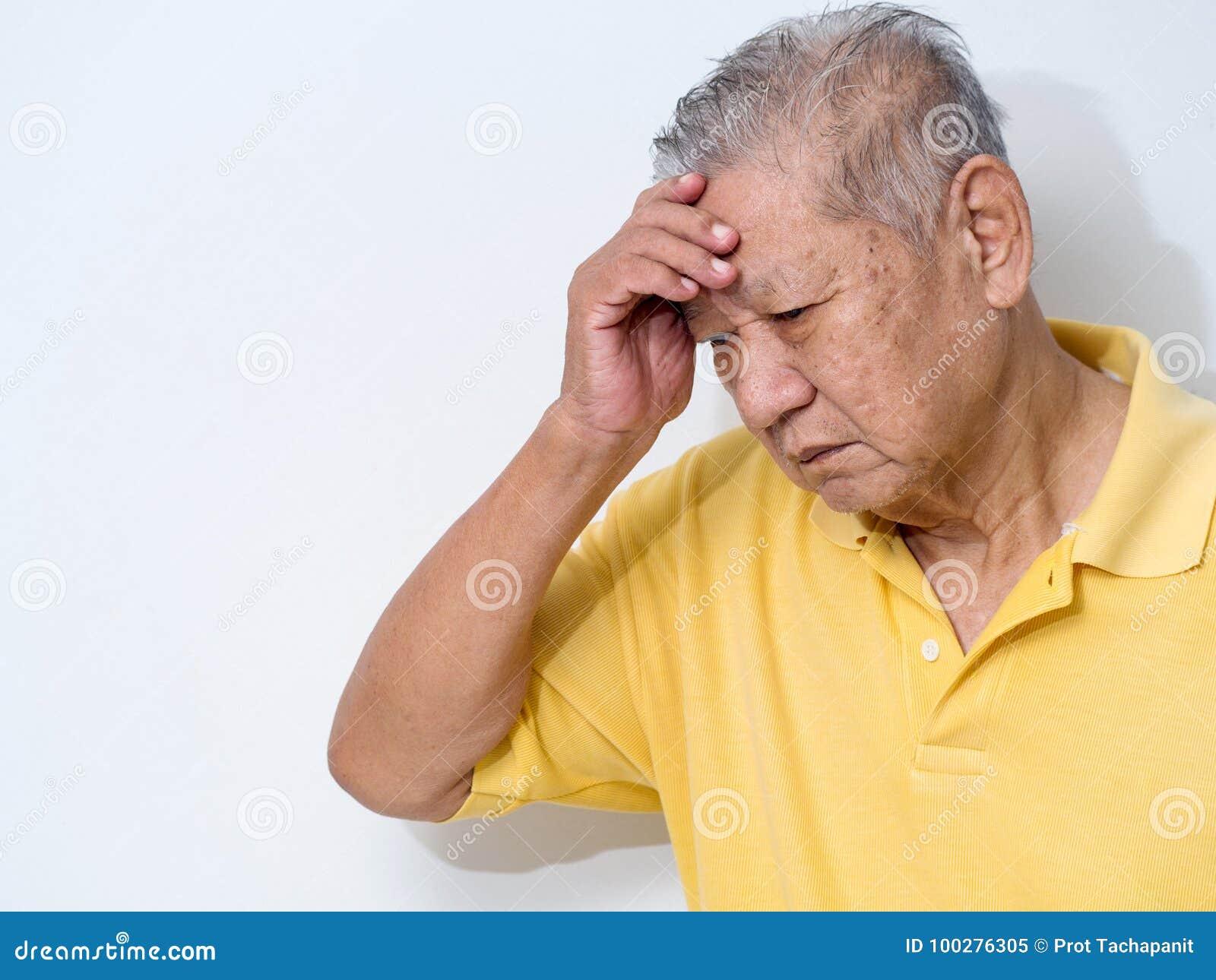 Altes Leiden des älteren Mannes und Bedeckungsgesicht mit den Händen in den Kopfschmerzen und in der tiefen Krise psychische Stör