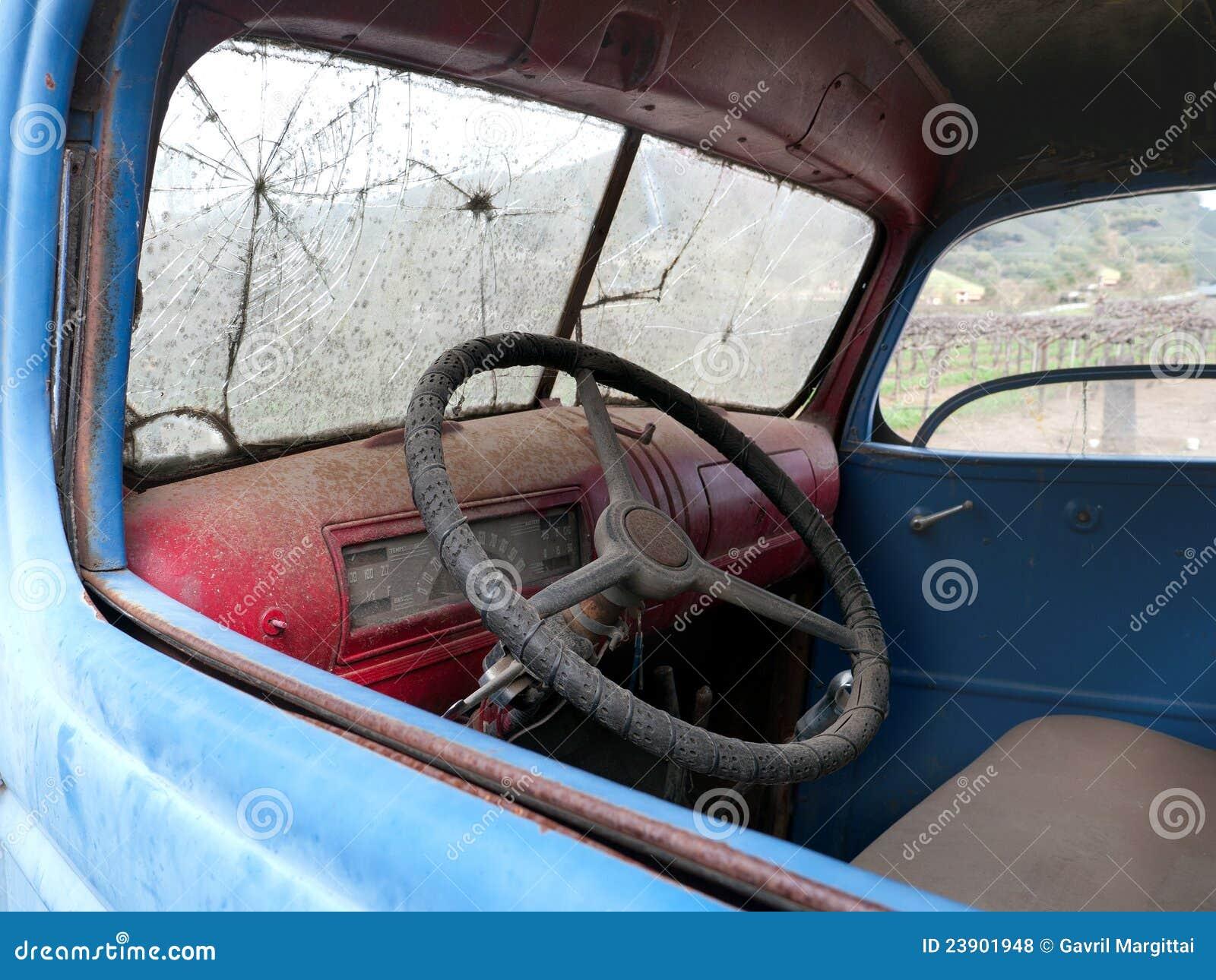 Alte lkw kabine mit unterbrochener frontscheibe und etwas staub nach