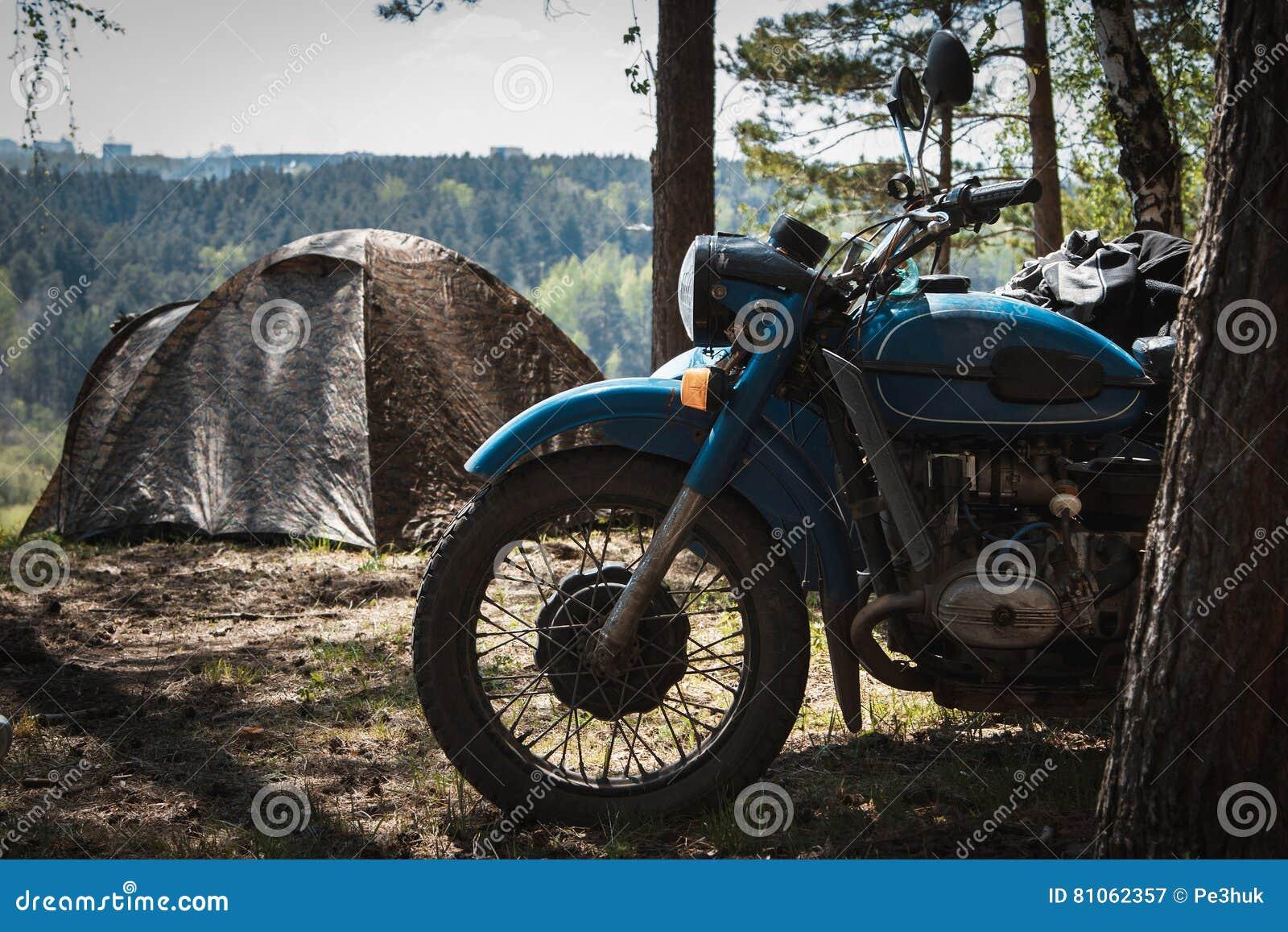 altes motorrad mit einem beiwagen parkte auf dem kampieren. Black Bedroom Furniture Sets. Home Design Ideas