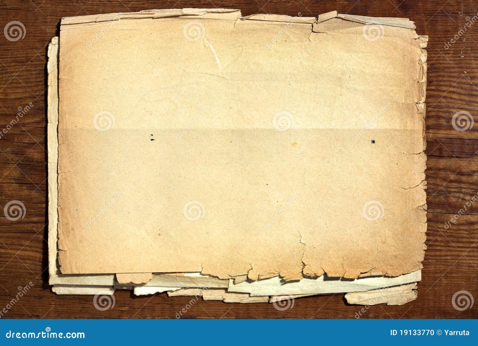 Altes Papier auf Holz