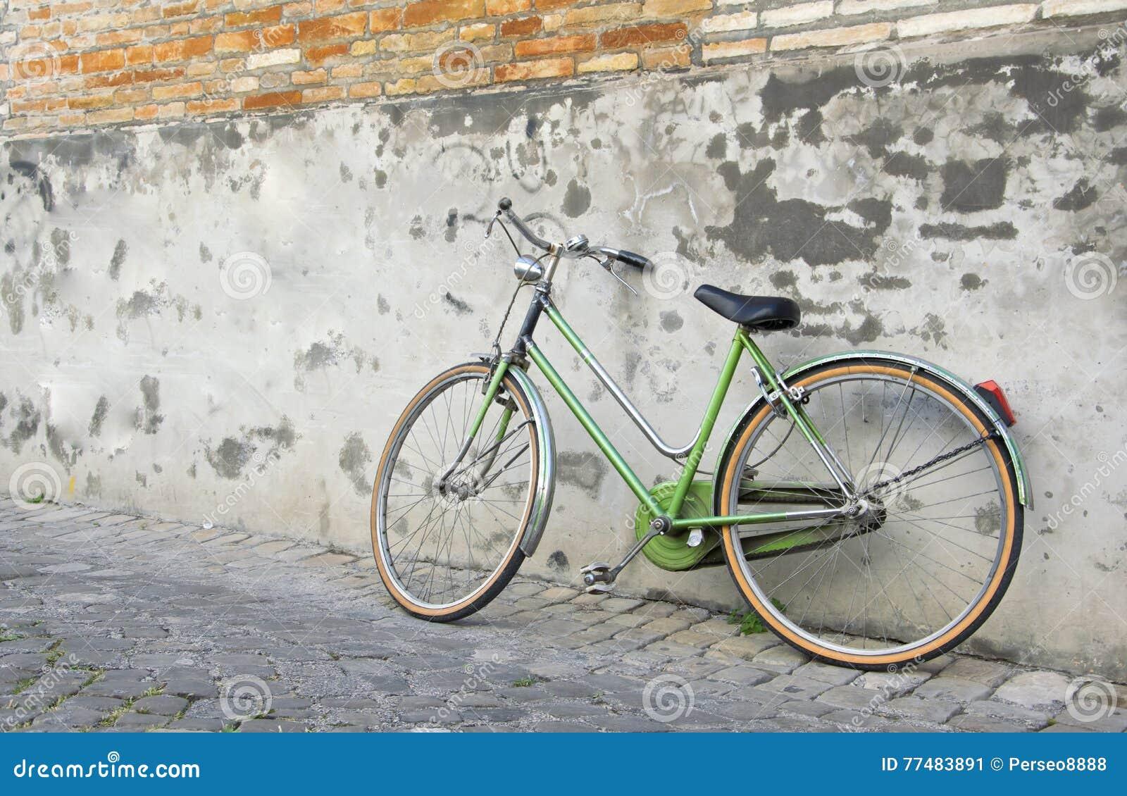 Altes Retro Grunes Fahrrad Das An Einer Wand Sich Lehnt Stockbild