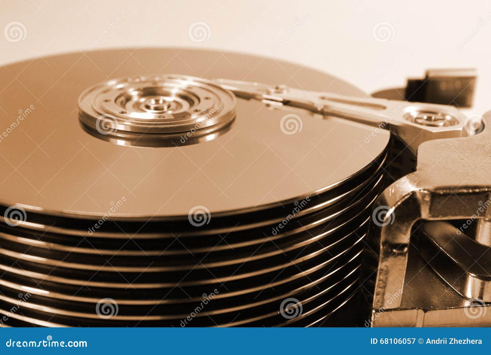 Altes Retro- offenes Festplattenlaufwerk Starker Stapel von zehn Servierplatten und