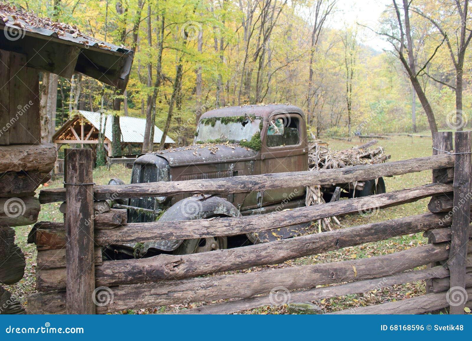 altes rostiges auto stockfoto bild 68168596. Black Bedroom Furniture Sets. Home Design Ideas
