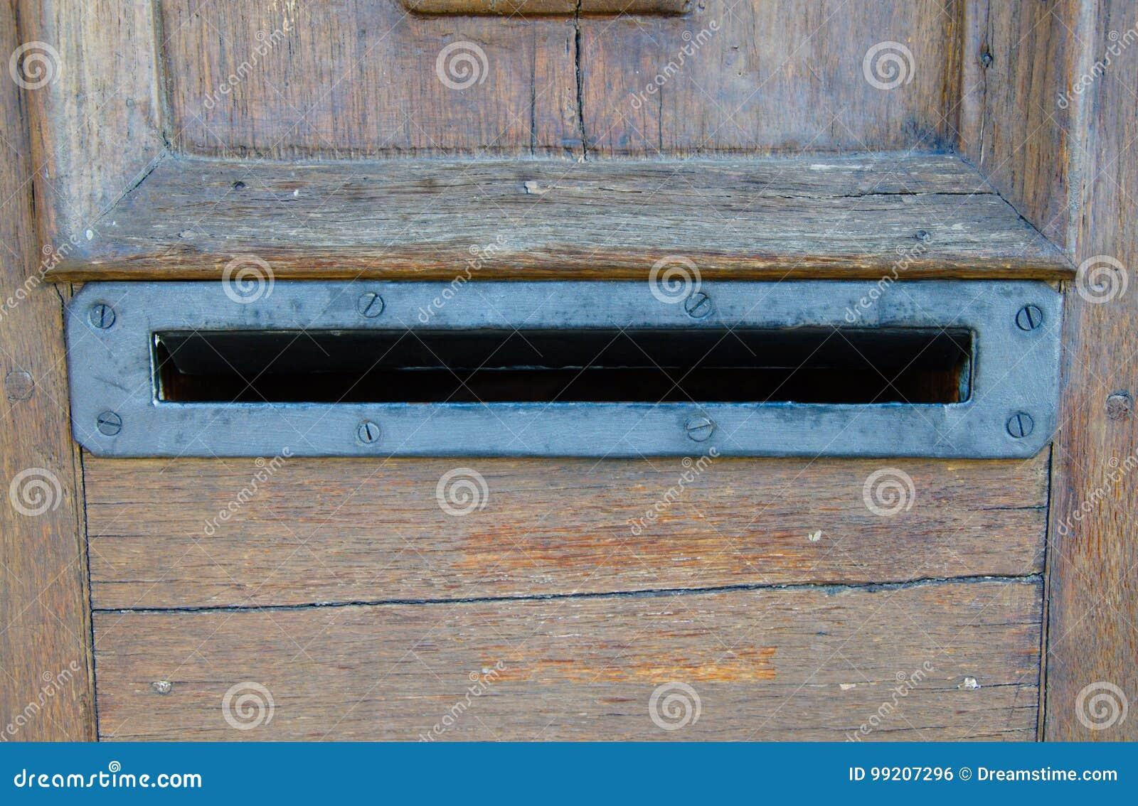 Altes rostiges Metall öffnete Briefkasten in den Holztüren ohne Buchstaben nach innen