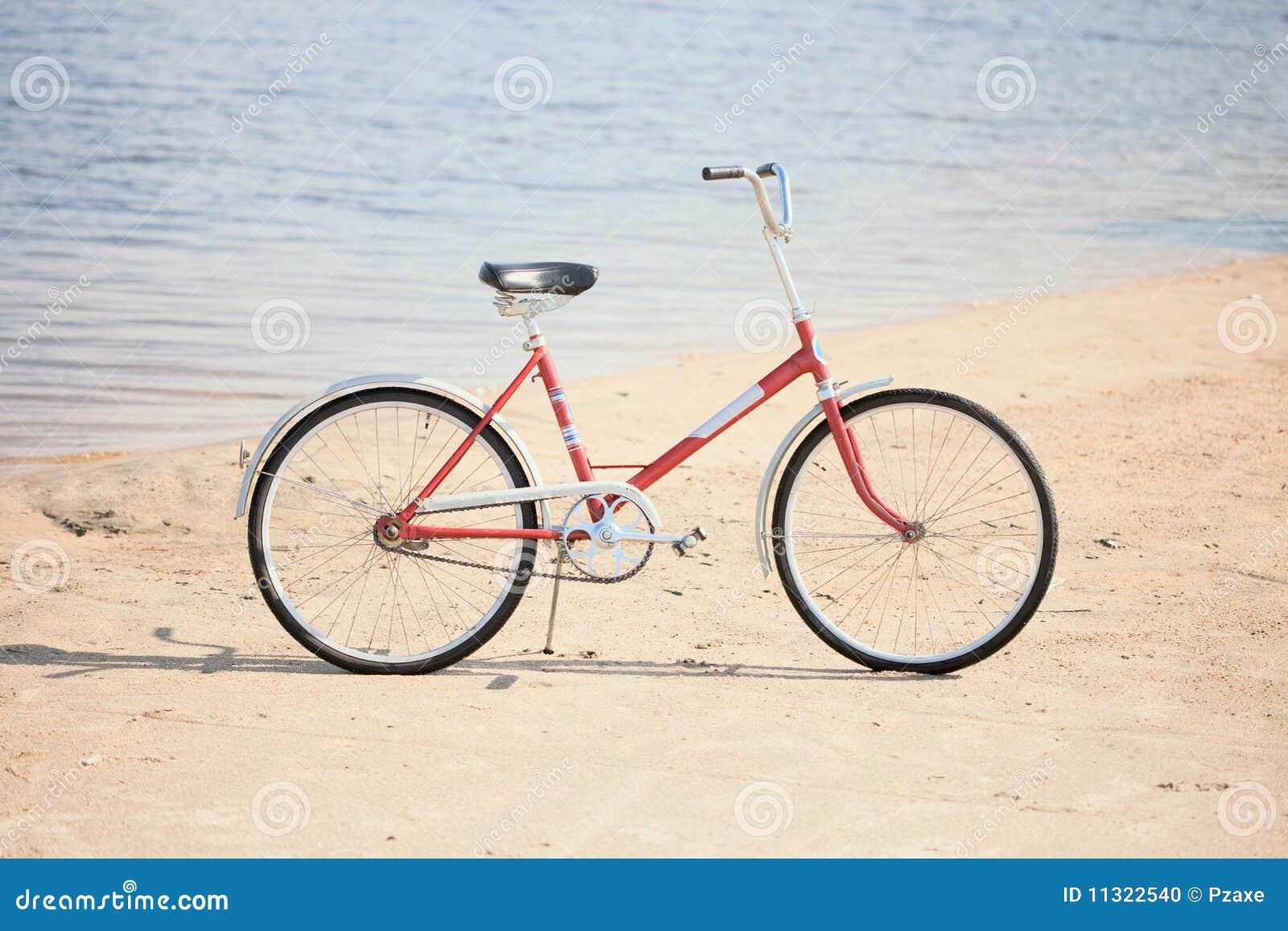 Altes rotes Fahrrad