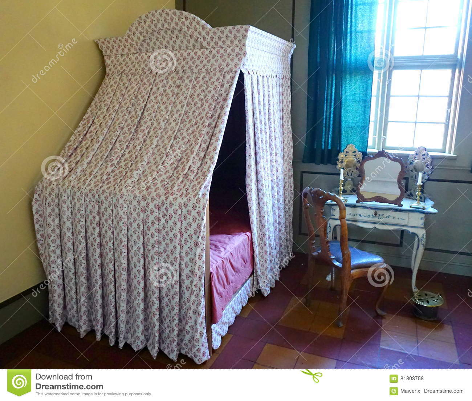 Altes Schlafzimmer stockfoto. Bild von violine, tabelle - 81803758