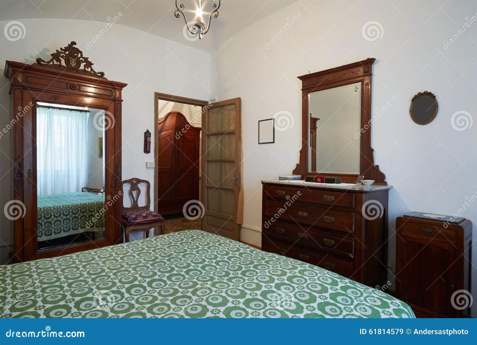 altes schlafzimmer mit königindoppelbett im alten haus stockfoto, Schlafzimmer entwurf