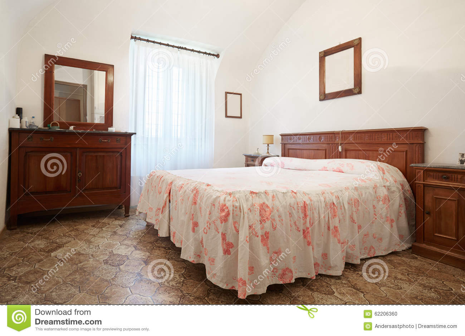 Altes Schlafzimmer Mit Königingrößenbett Im Alten Haus Stockfoto ...