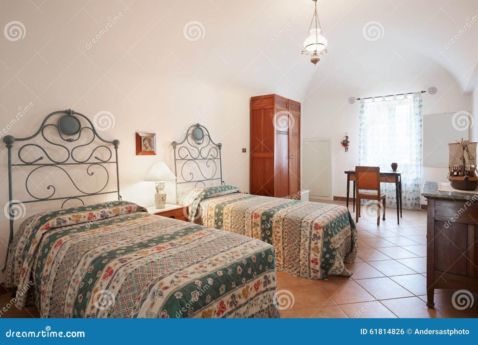 Schön Altes Schlafzimmer Mit Zwei Betten Im Alten Haus Stockfoto   Bild Von  Auslegung, Eleganz: 61814826
