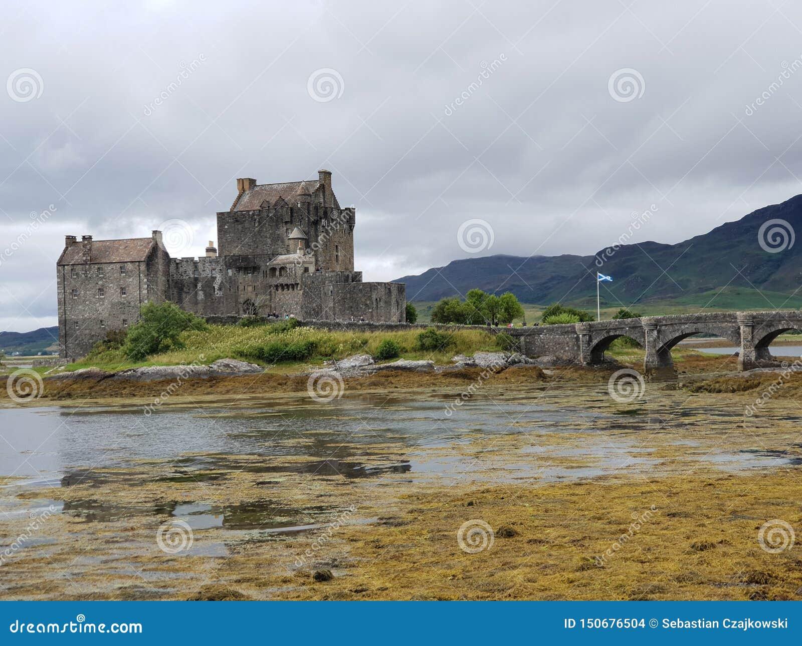 Altes Schloss mit Steinbrücke im See