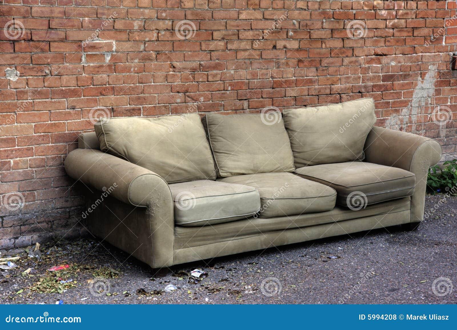 altes sofa verworfen in eine gasse stockfoto bild 5994208. Black Bedroom Furniture Sets. Home Design Ideas