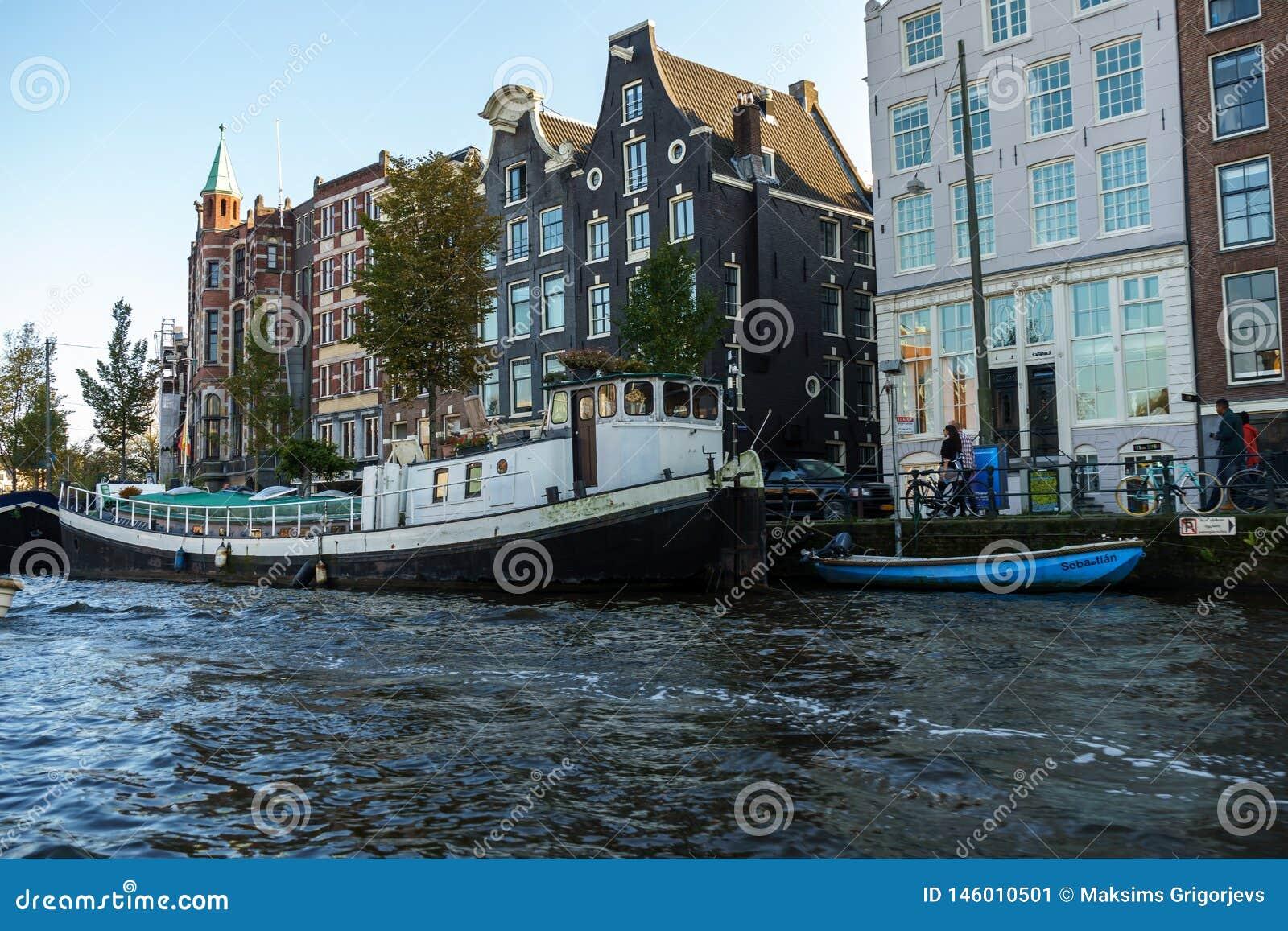 Altes touristisches Boot in Amsterdam-Kanal, am 12. Oktober 2017