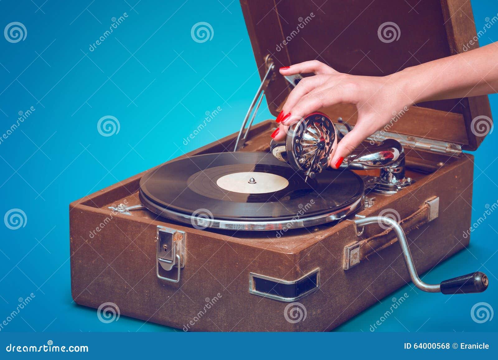 Altes Tragbares Grammophon Mit Der Weiblichen Hand