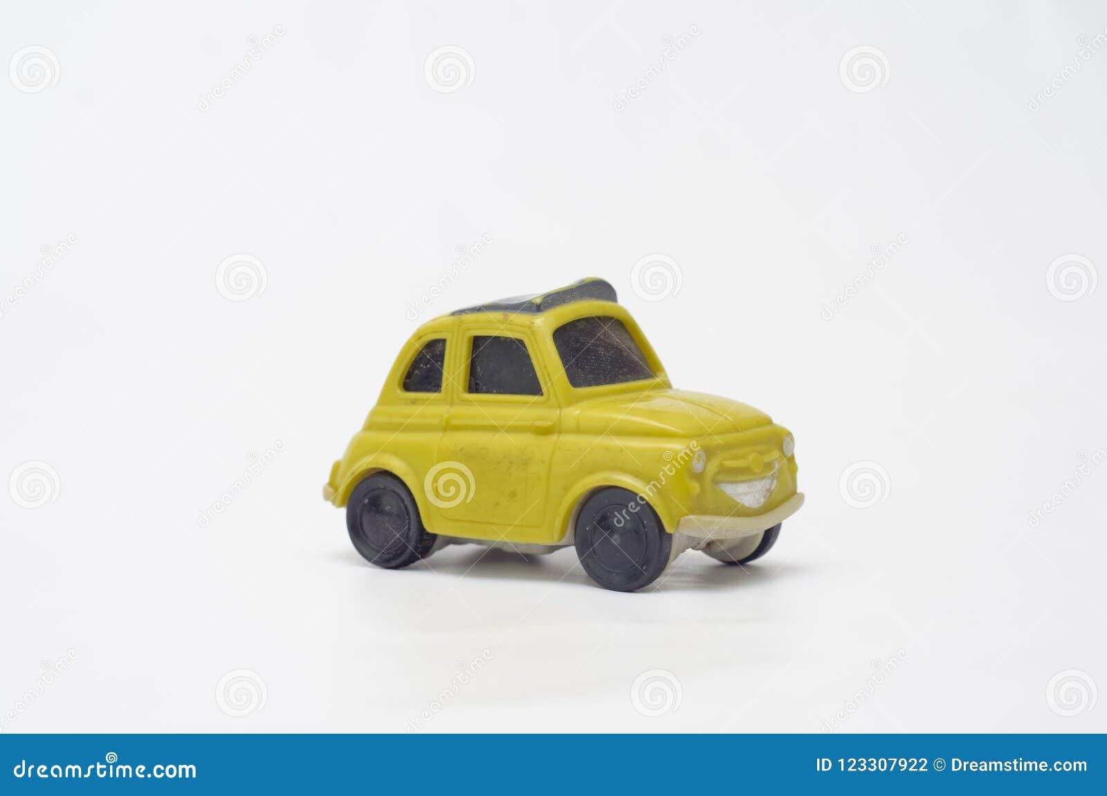 Altes und lustiges gelbes Plastikauto