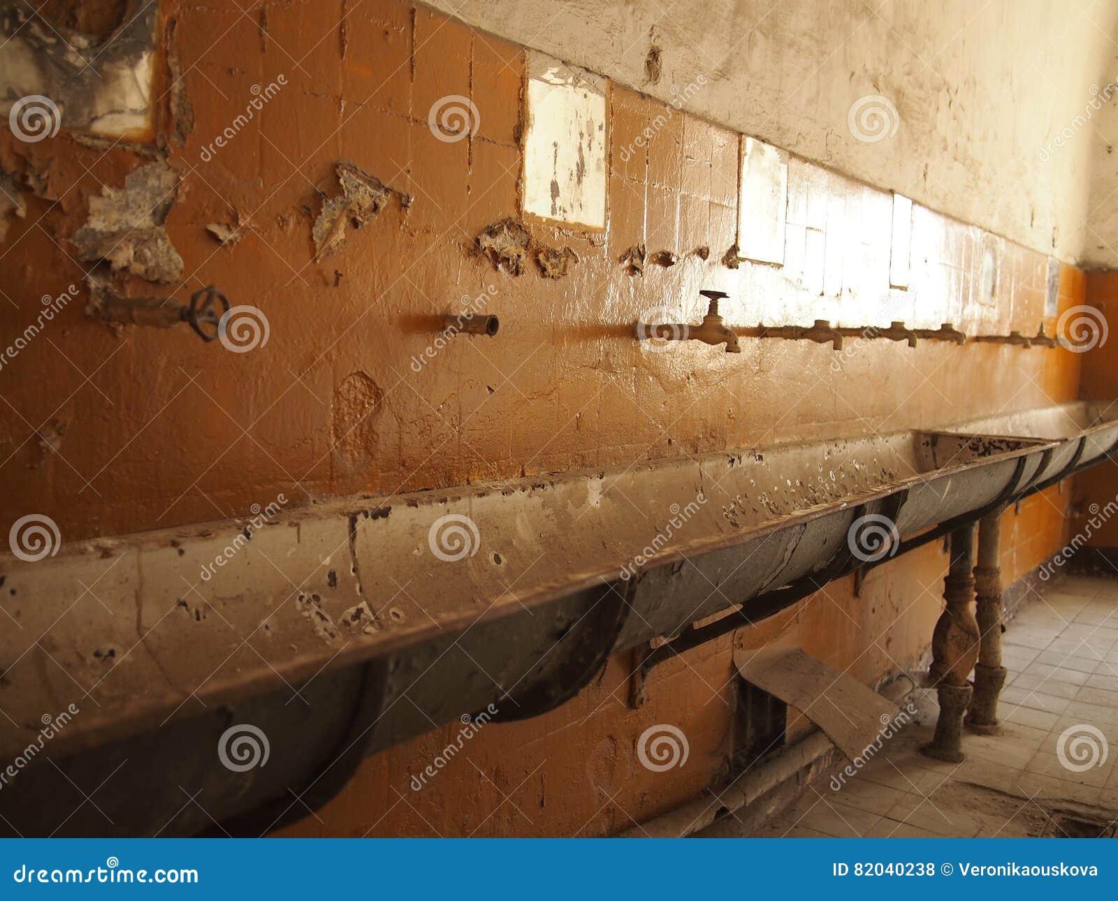 Altes, Veraltetes Und Schmutziges Badezimmer Stockfoto - Bild von ...