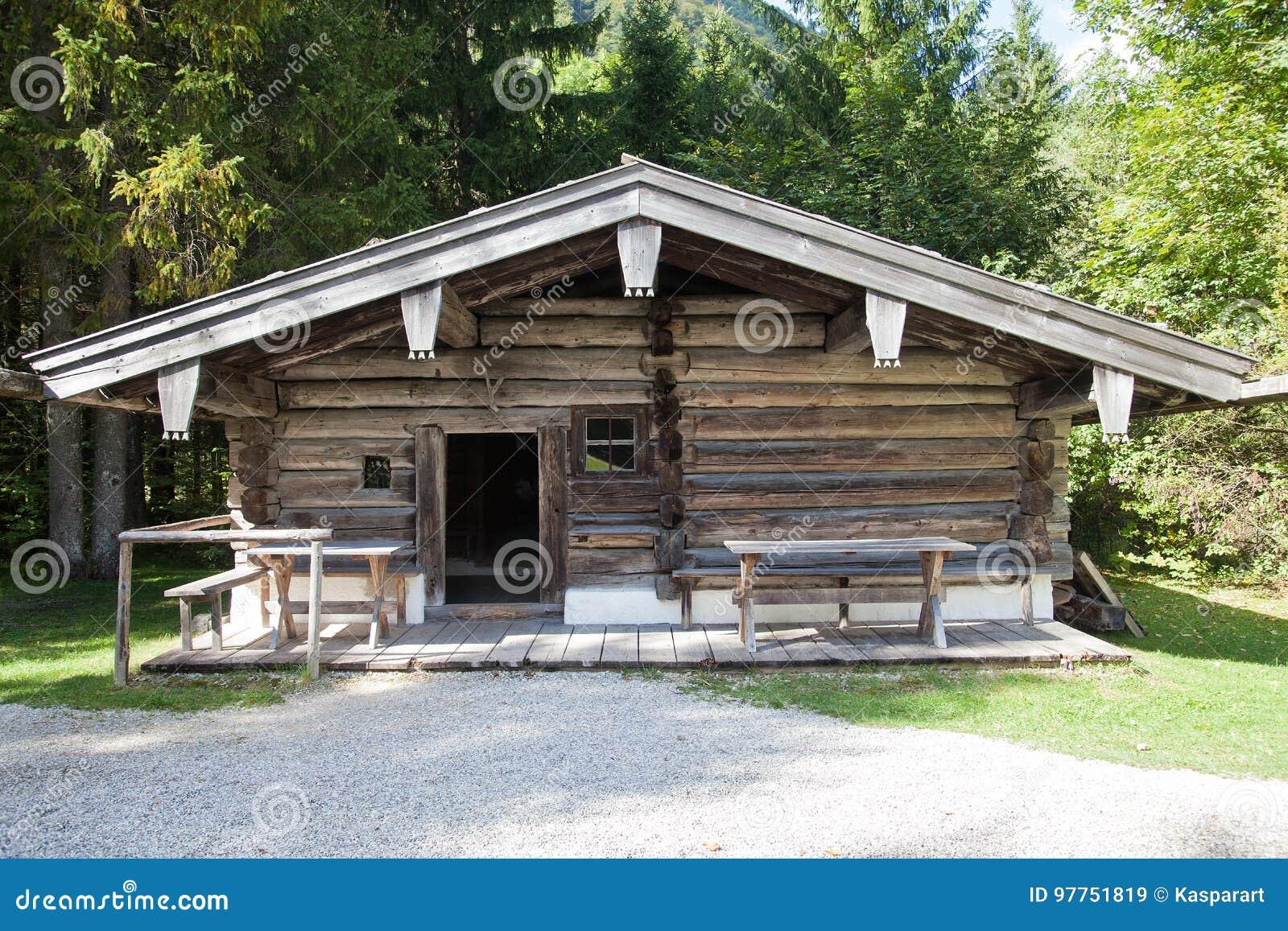 Altes verlassenes Blockhaus in den bayerischen Alpen