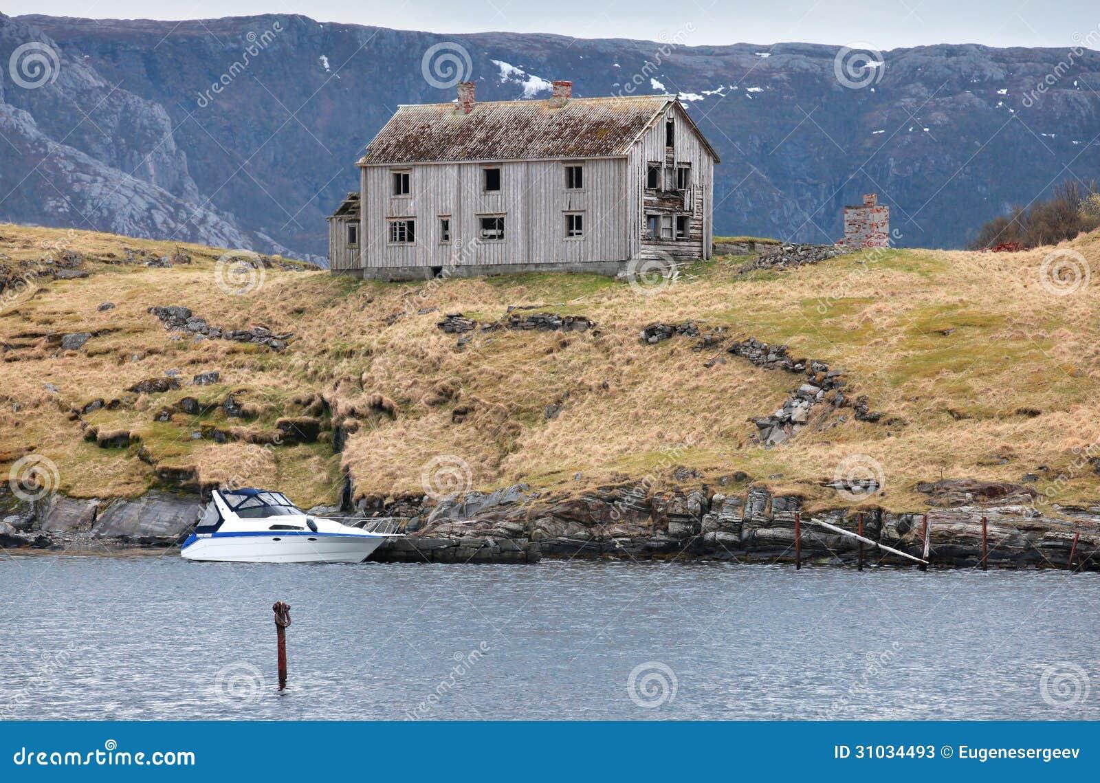 altes verlassenes graues holzhaus in norwegen stockbild bild von leer blau 31034493. Black Bedroom Furniture Sets. Home Design Ideas