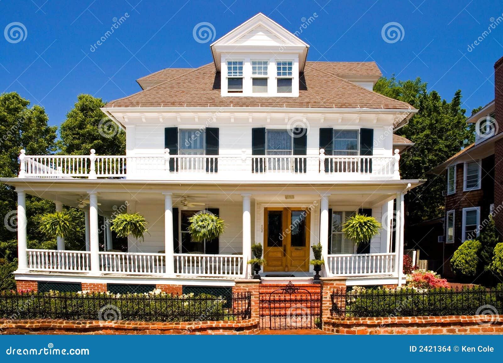 Altes Weies Haus Mit Portal Stockbilder Bild 2421364