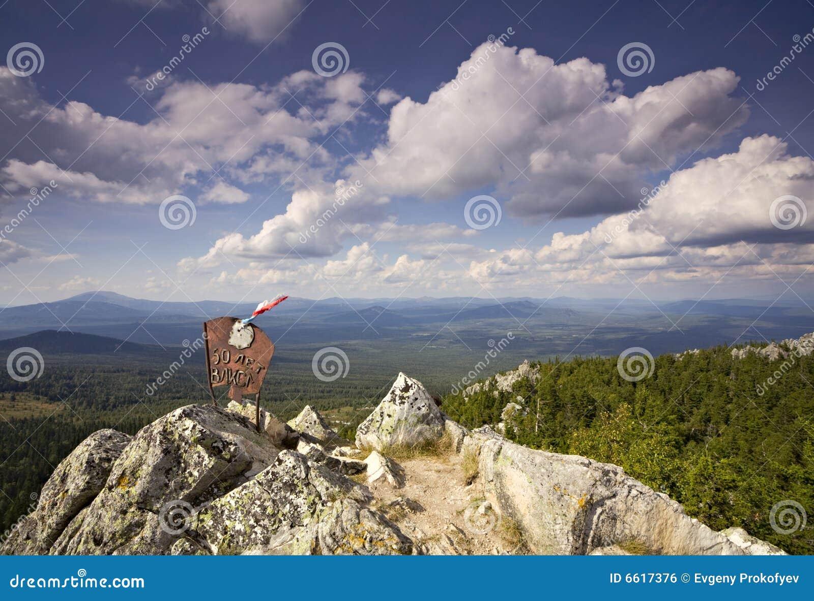 Altes Zeichen auf die Oberseite des Berges