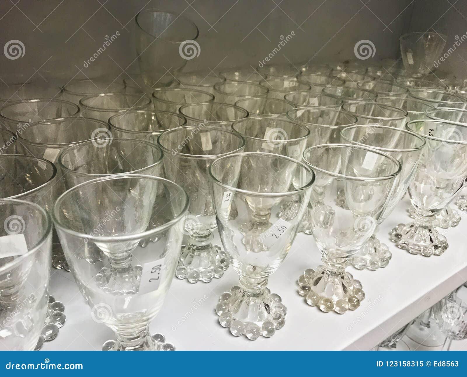 Altglas Kristallstemware auf einem Regal im Gebrauchtwarenladen