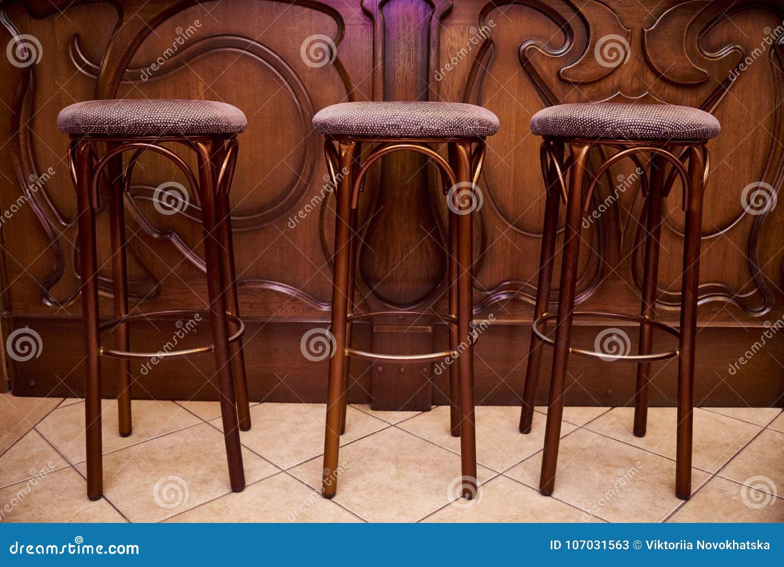 Alti sgabelli da bar di legno immagine stock immagine di lusso