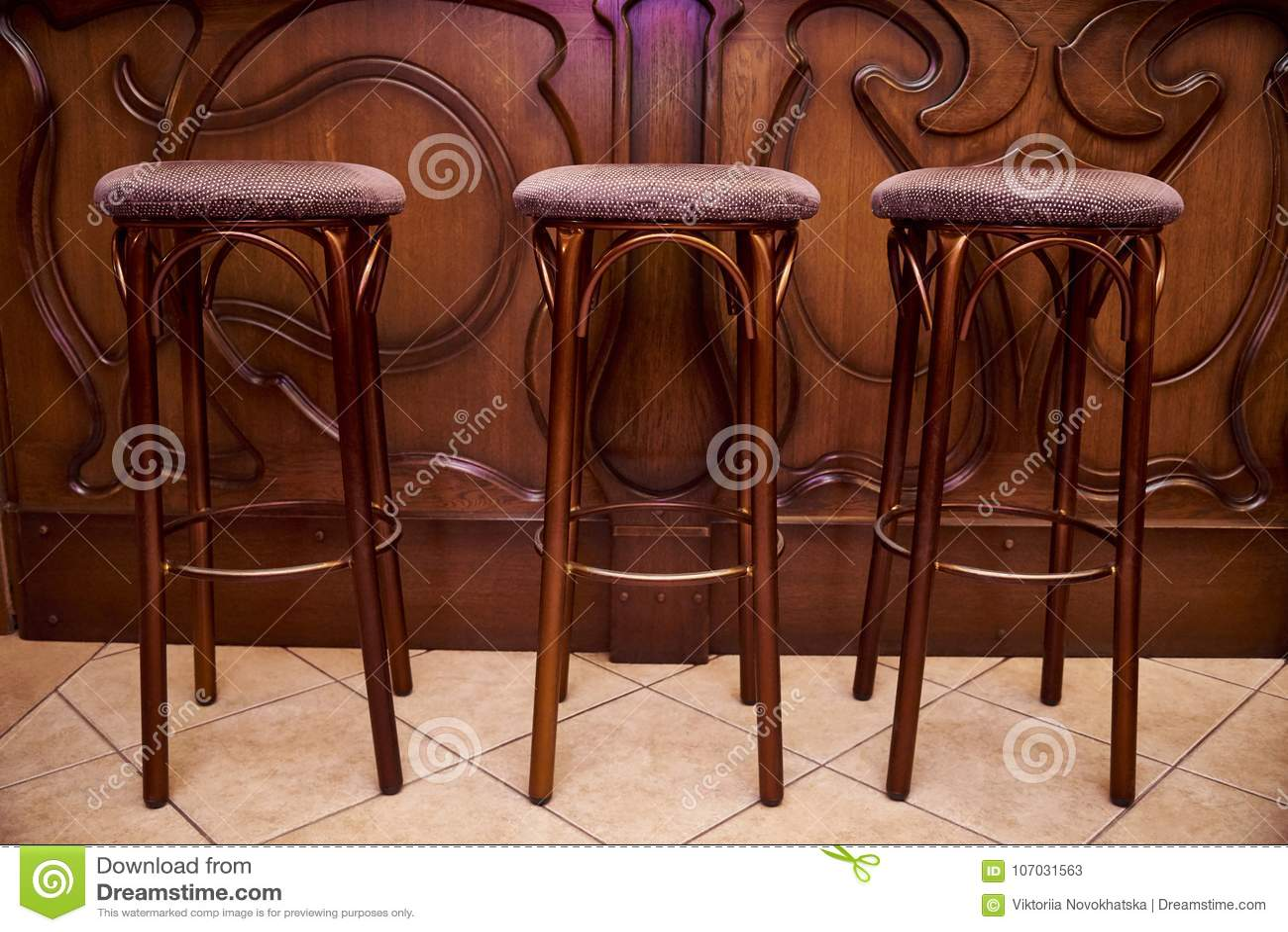Alti sgabelli da bar di legno immagine stock immagine di