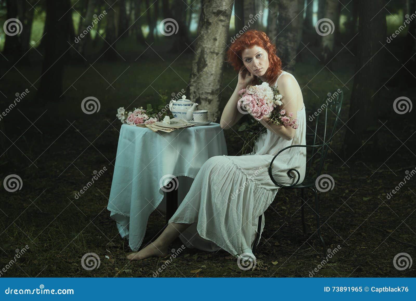 Altmodische Frau, die im träumerischen Holz aufwirft