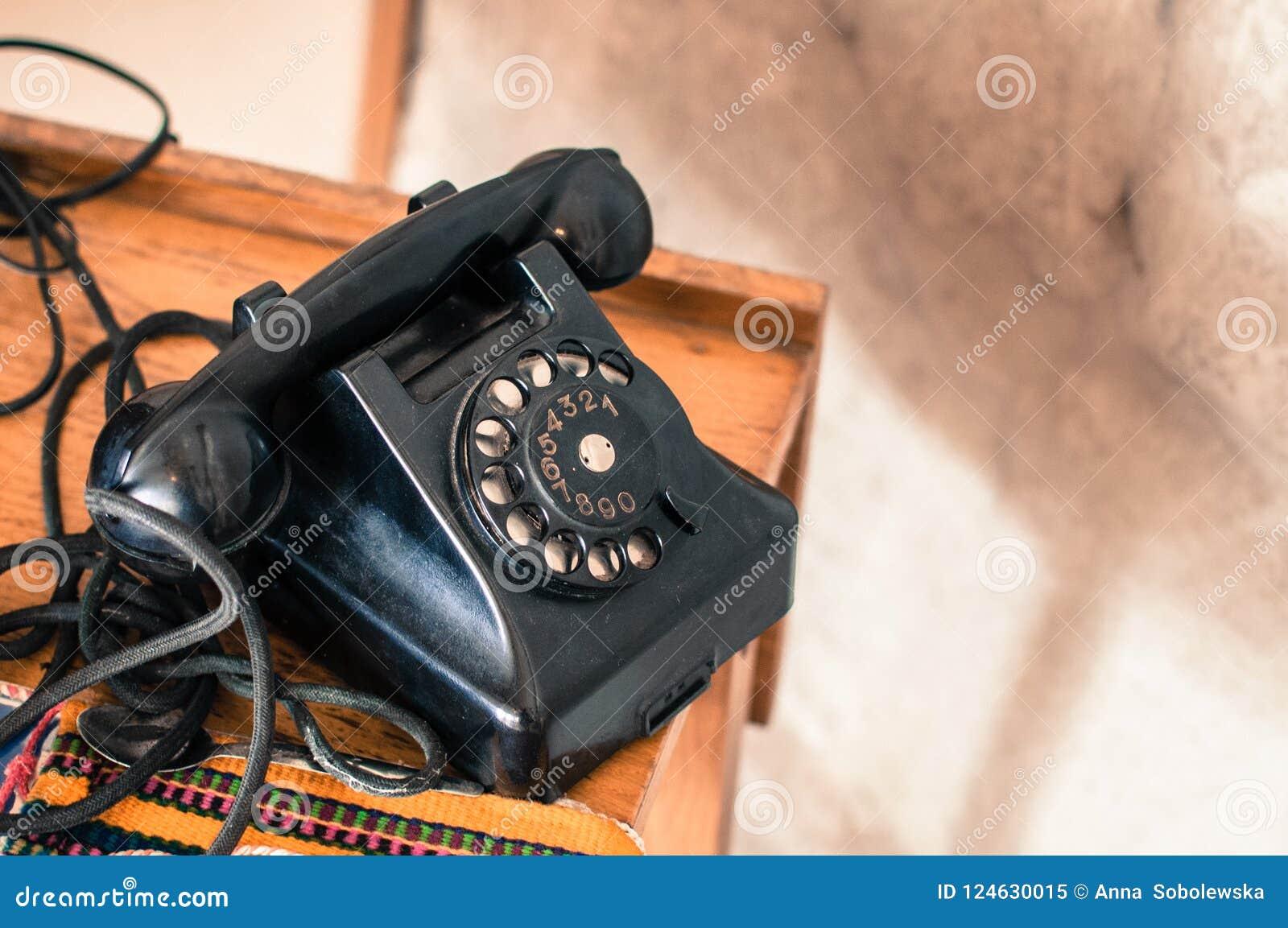 Altmodisches schwarzes Telefon in der Retro-/Weinleseart von der langen gegangenen Ära