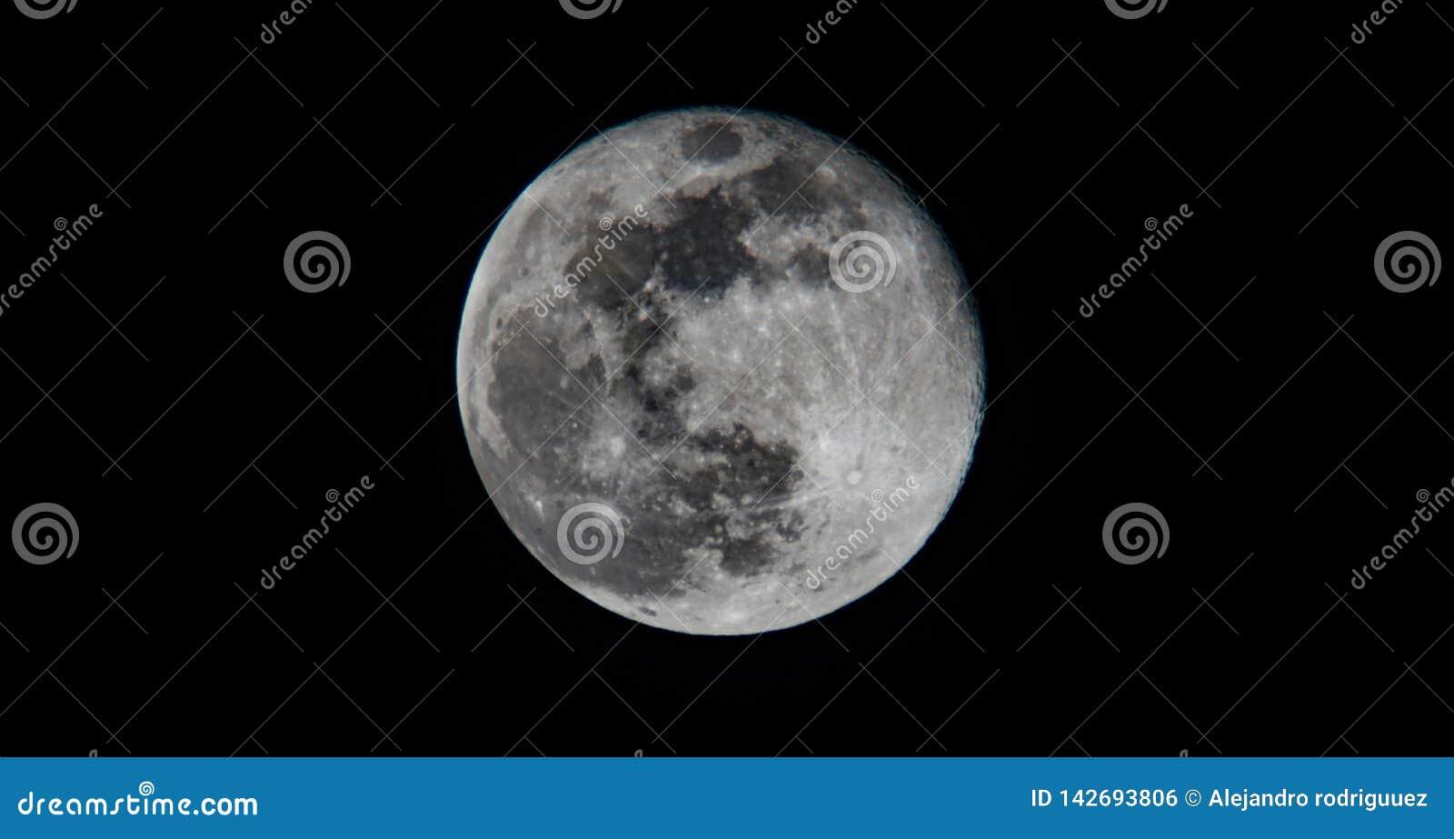 Alto contraste oscuro hermoso de la Luna Llena