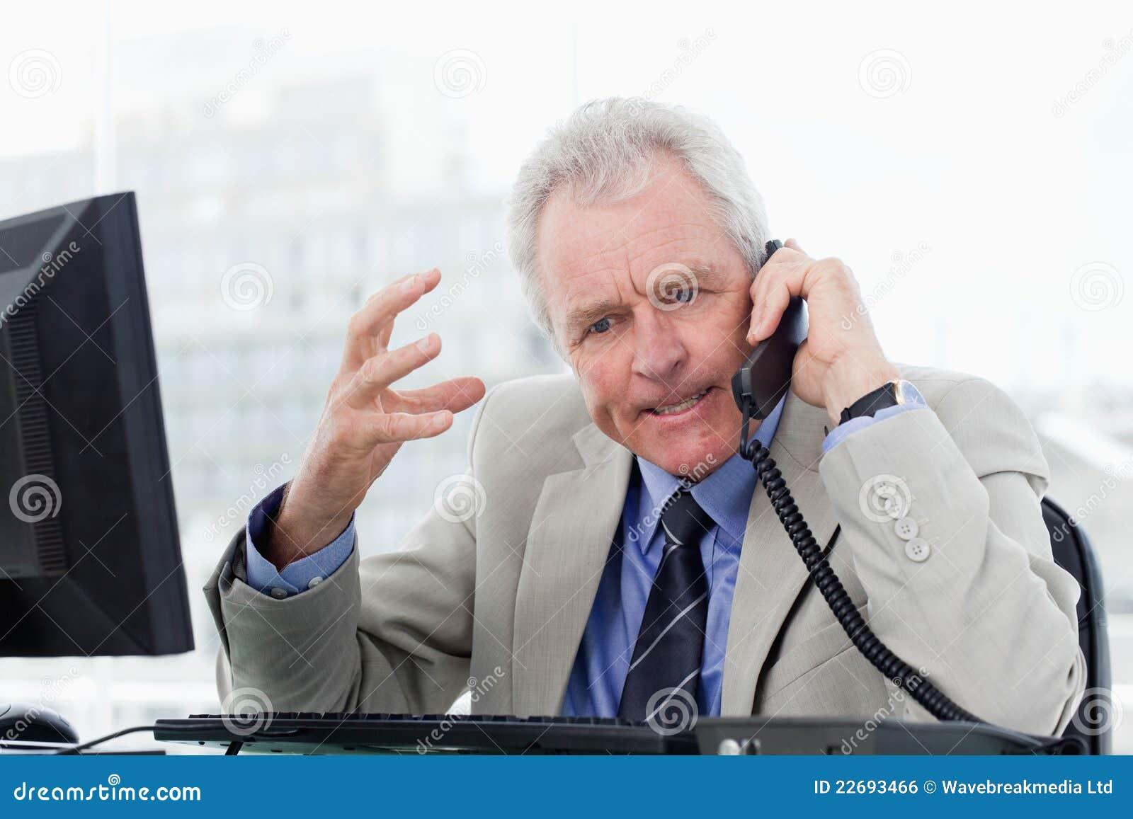 Alto directivo enojado en el teléfono