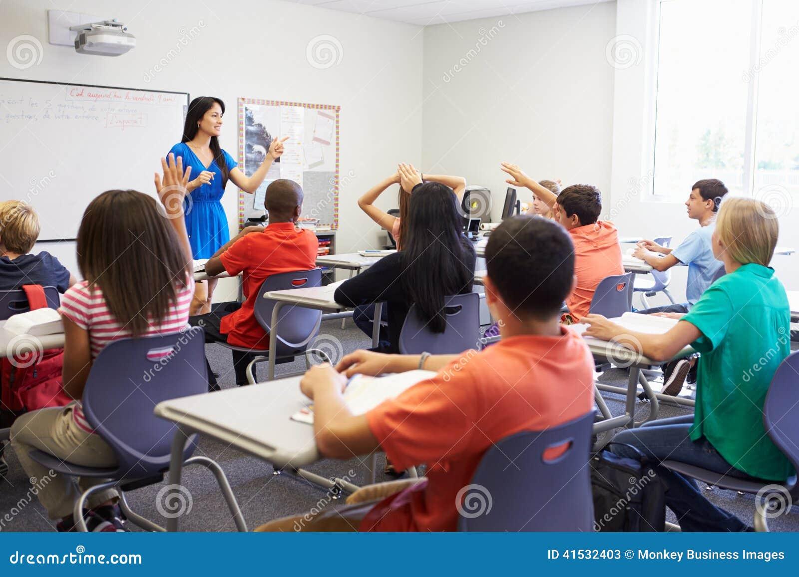 Alto profesor de escuela de sexo femenino Taking Class