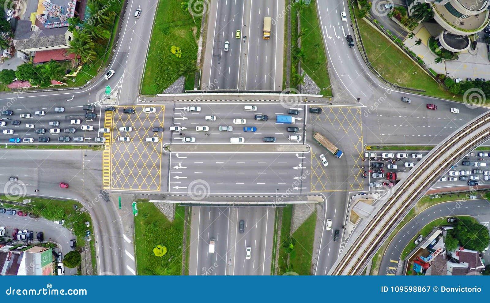 Alto tráfico en la intersección acodada multi de la carretera en Subang Jaya, Kuala Lumpur