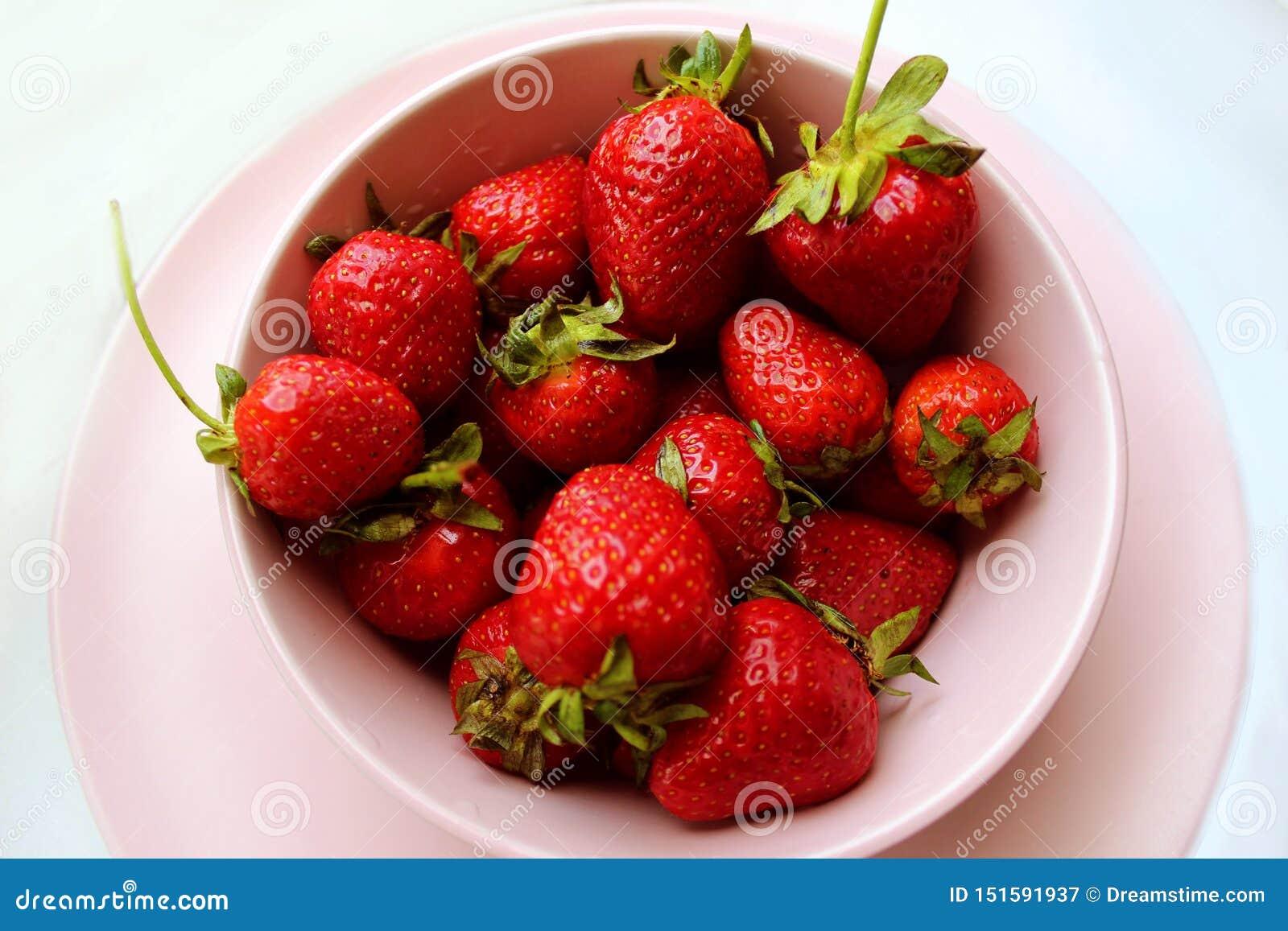 Alto vicino della fragola Le bacche rosse della vitamina fresca sono a dieta l alimento saporito dell estate vegetariana