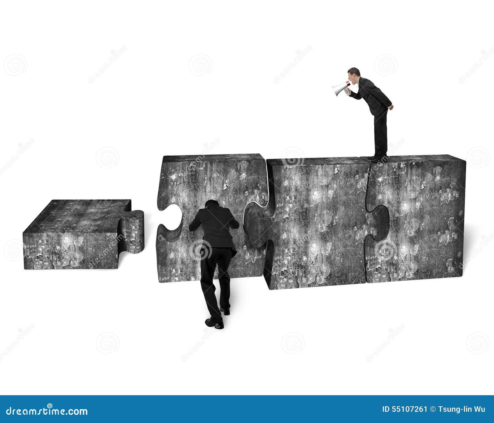 Altoparlante dell uomo d affari che urla l altro calcestruzzo di spinta del puzzle