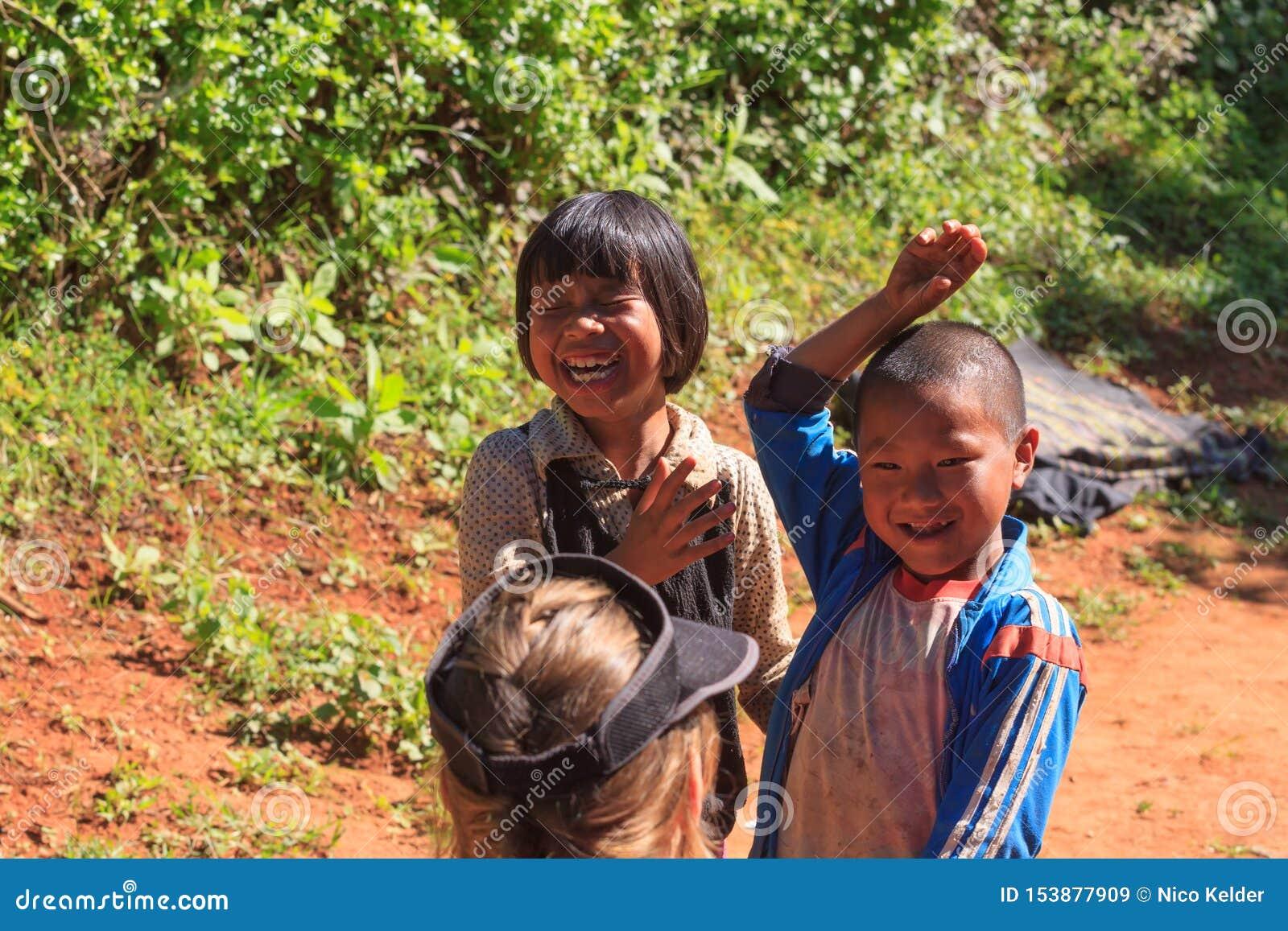 Altopiani di Kalaw, Myanmar, il 18 novembre 2019 - bambini locali in un piccolo villaggio che gioca con un turista
