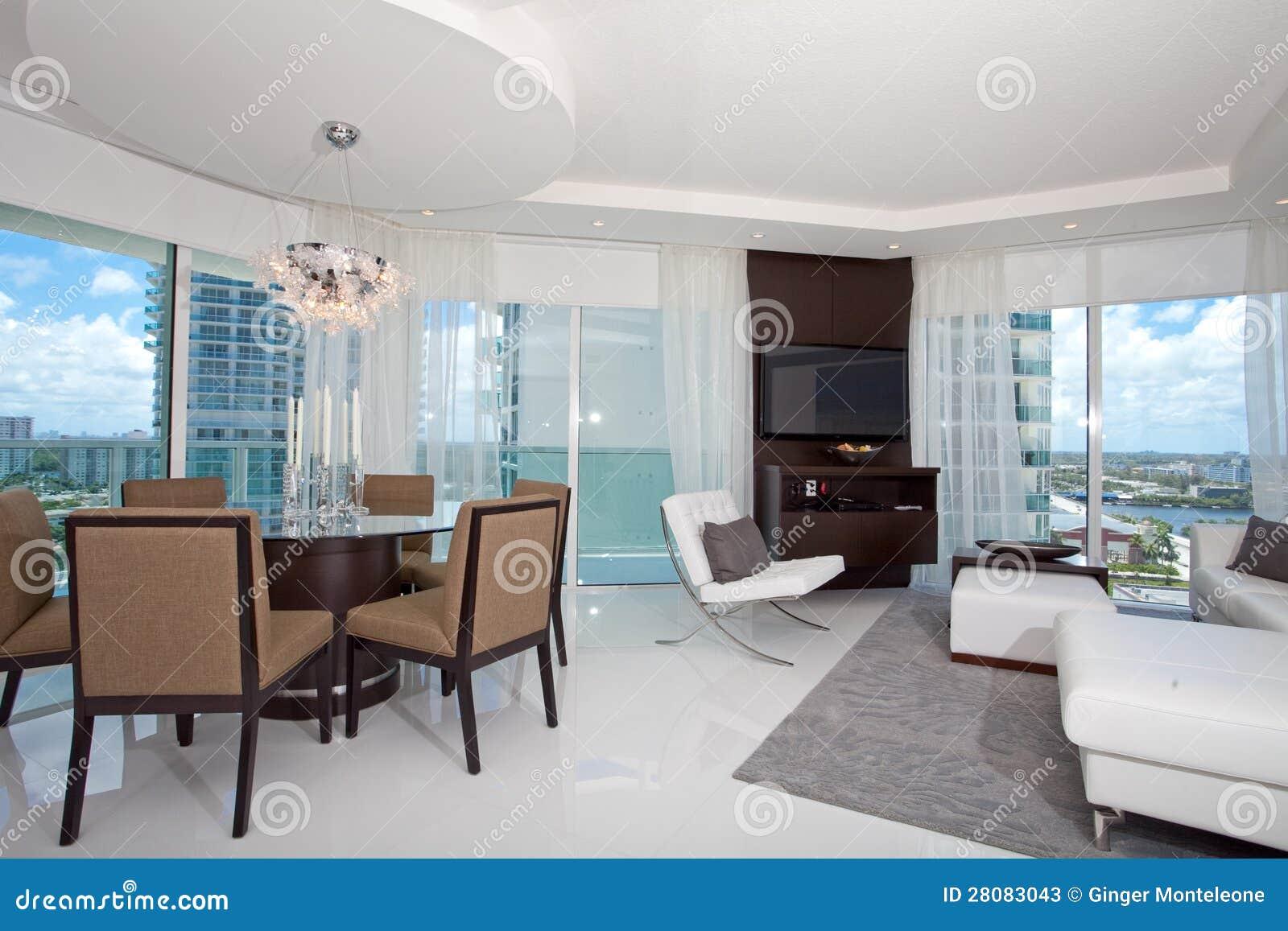 Altos sala de estar y comedor de la subida imagen de for Comedor y sala de estar decorados