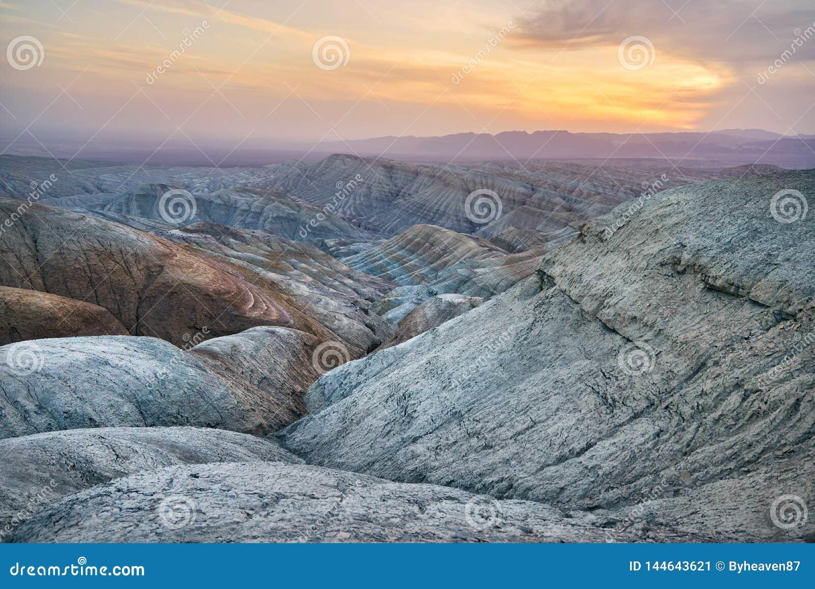 Горы в пустыне на заходе солнца