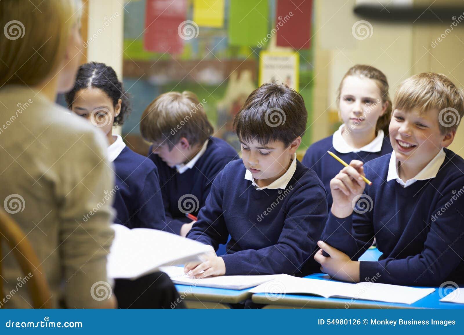 Alumnos de la escuela primaria de Teaching Lesson To del profesor