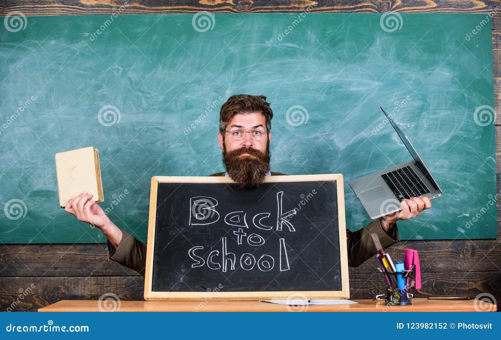 Alumnos de las recepciones del profesor los nuevos entran en a la institución educativa Recepciones del profesor o del director d