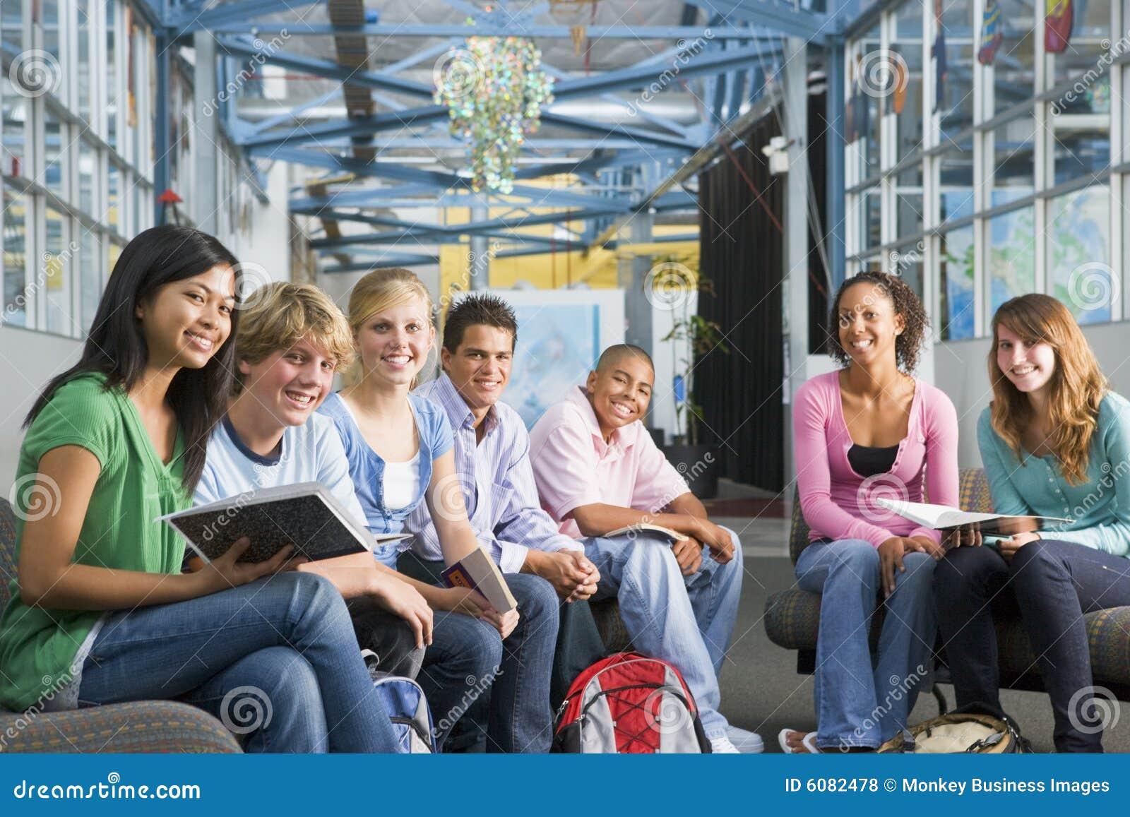 Alumnos en clase de High School secundaria