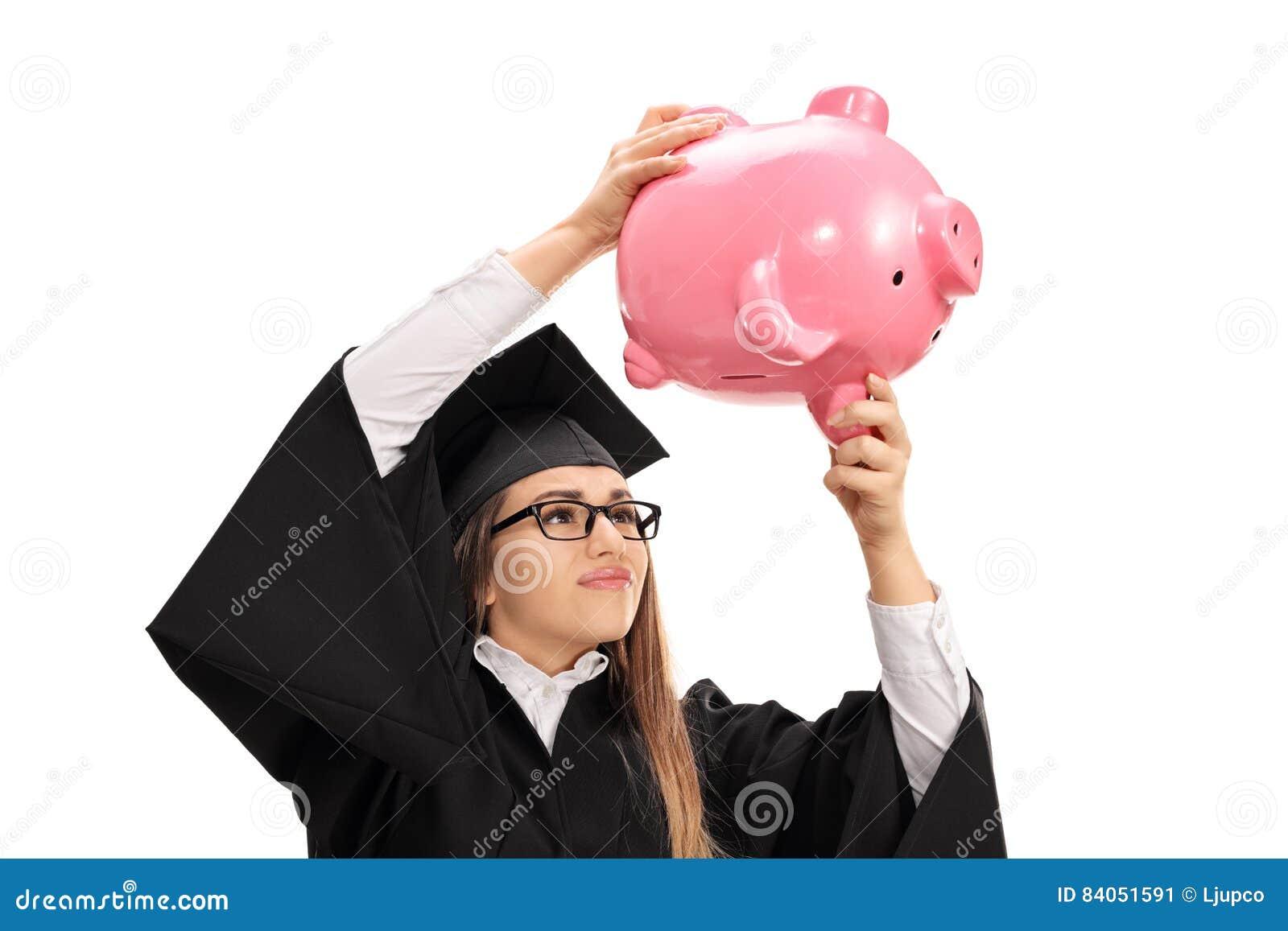 Aluno diplomado preocupado que agita um piggybank