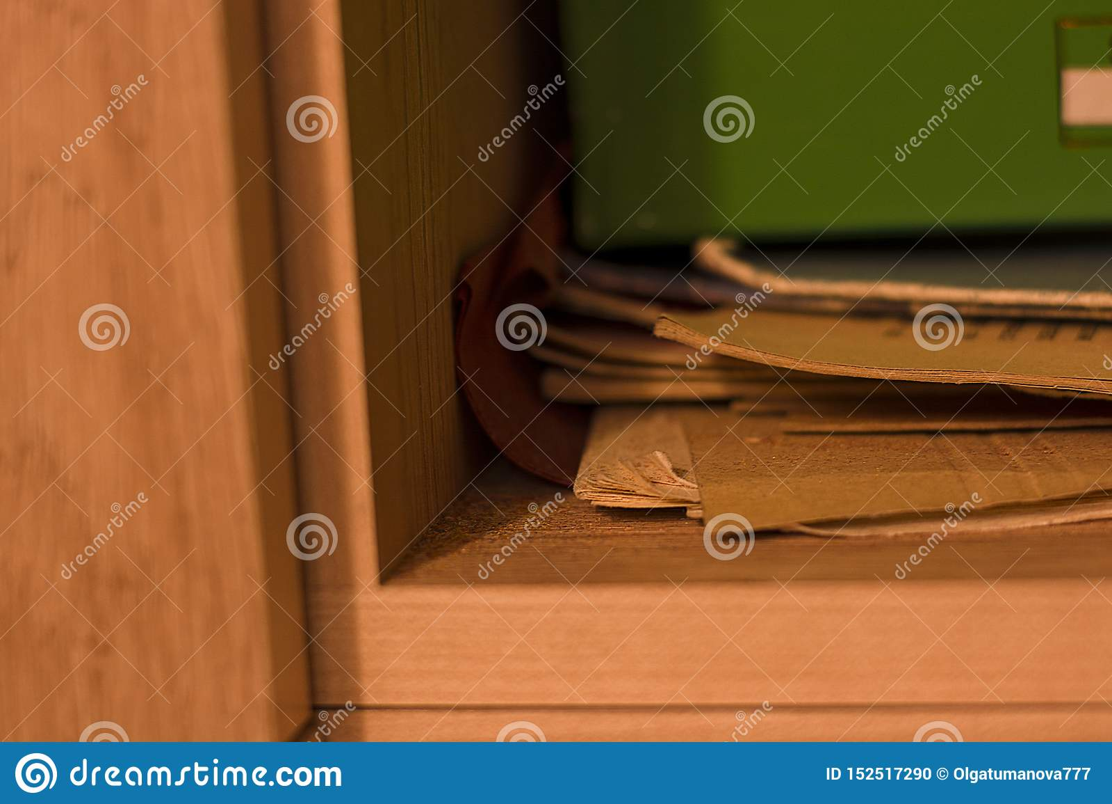 Alunos do dia da manhã da prateleira da confusão do dobrador do armário