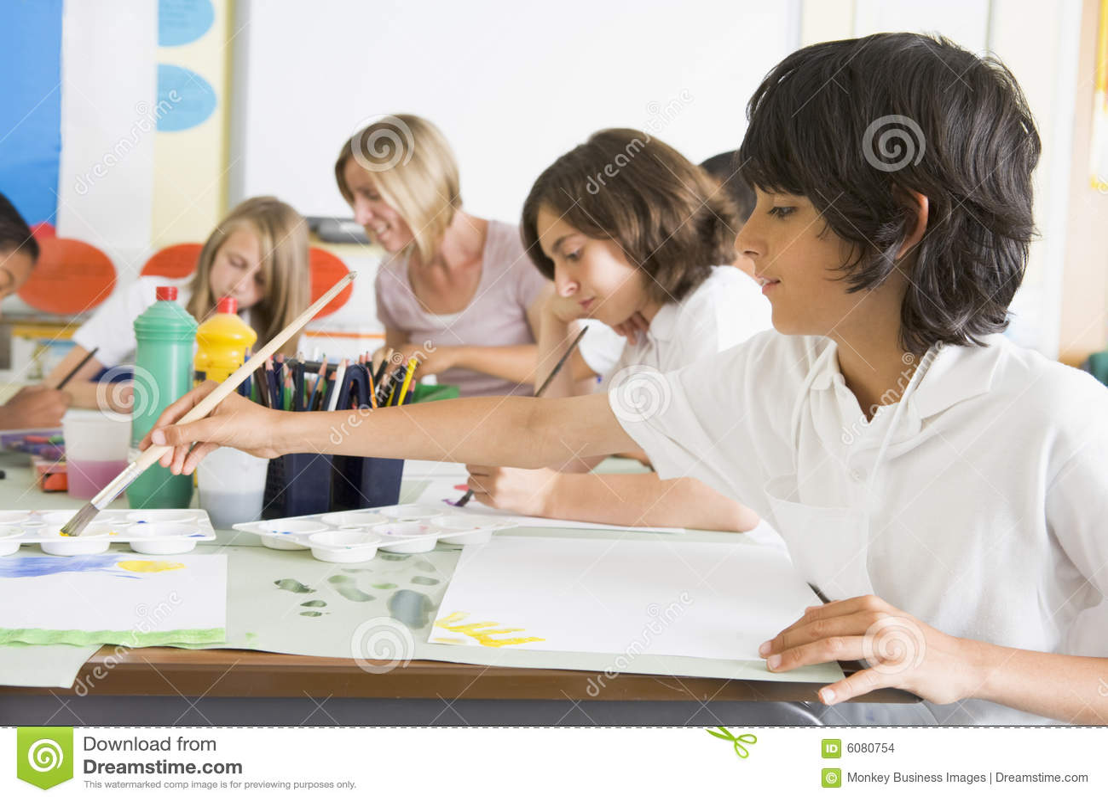 Alunos e seu professor em uma classe de arte