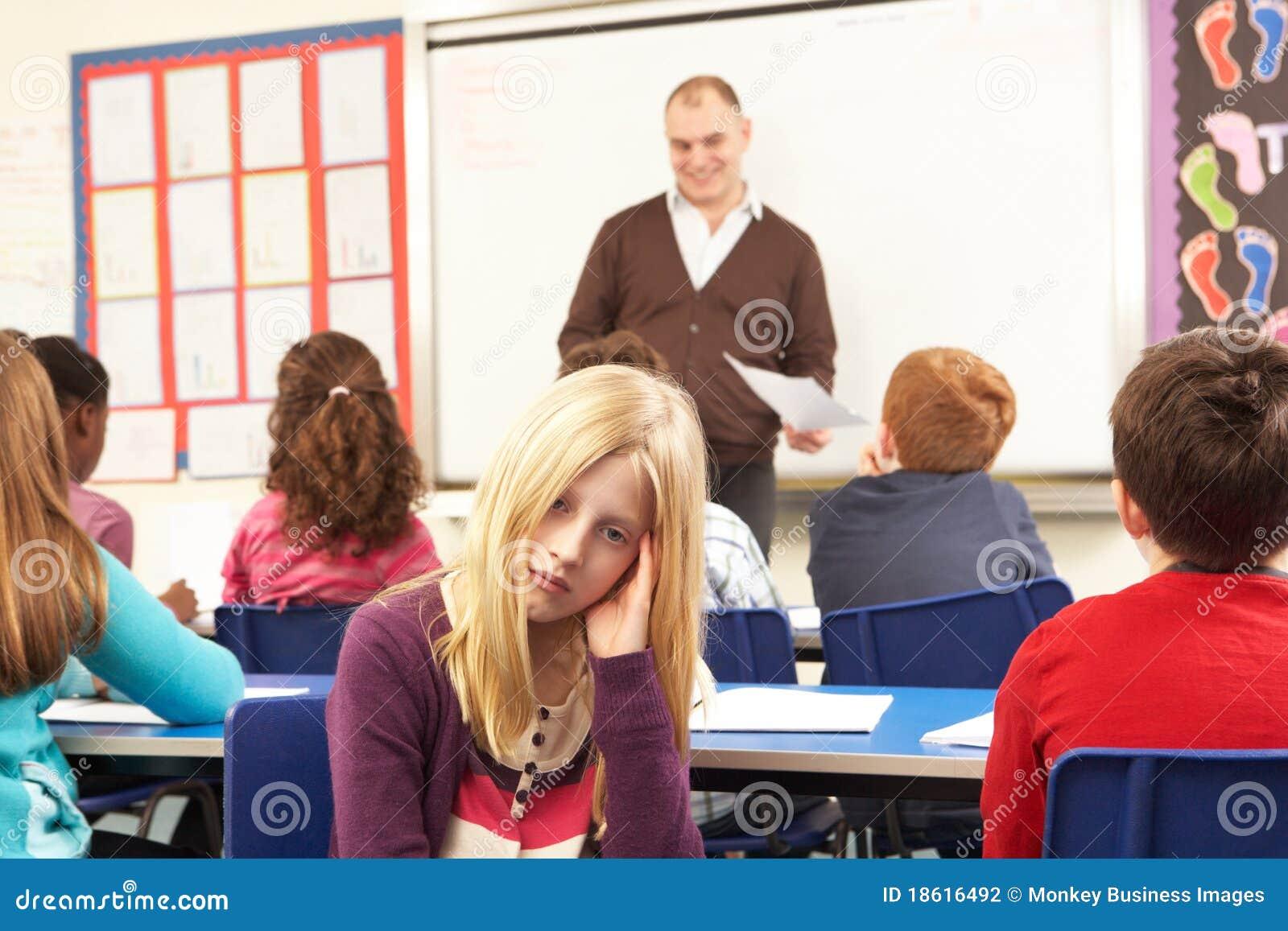 Alunos que estudam na sala de aula com professor