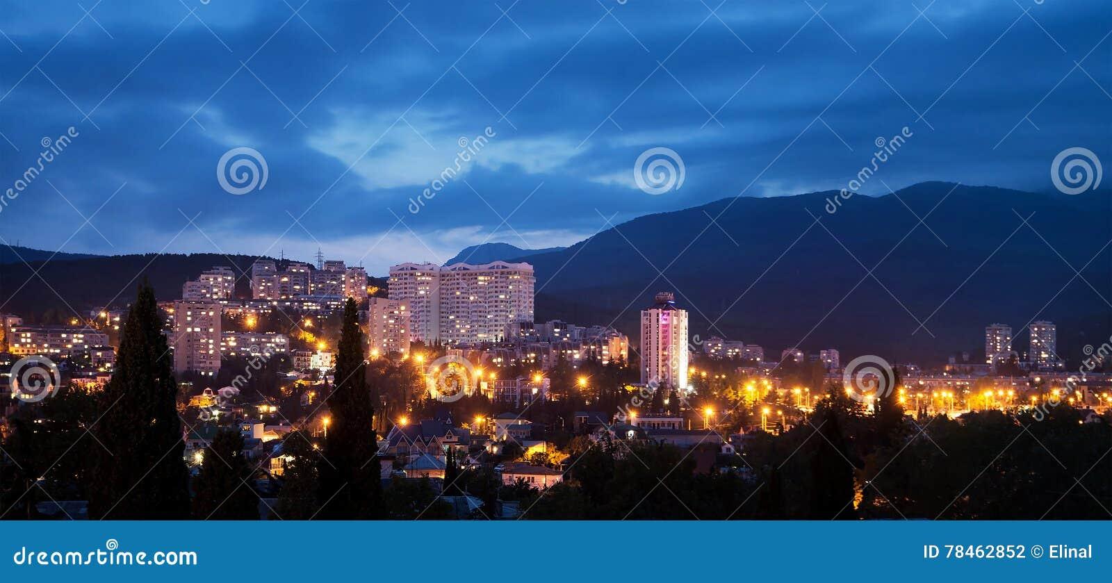 Alushta na noite, crepúsculo cityscape crimeia