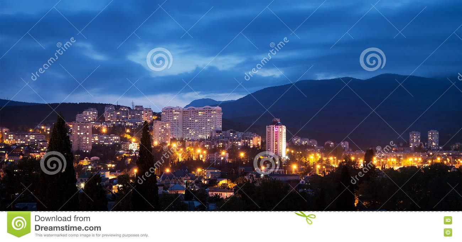 Alushta på natten, skymning cityscape crimea