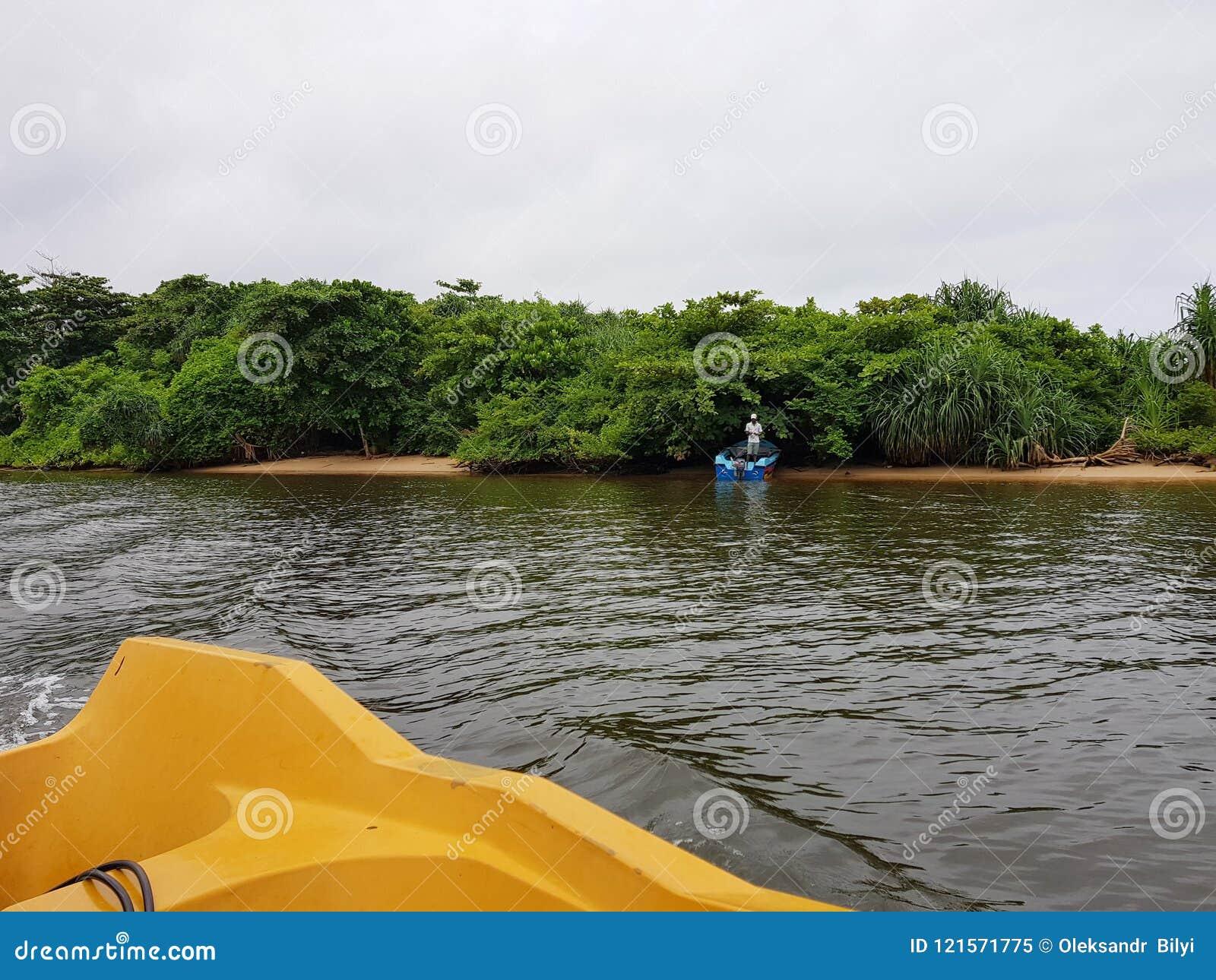 Aluthgama, Sri Lanka - 4 mai 2018 : le pêcheur pêche des poissons dans un bateau sur la rivière