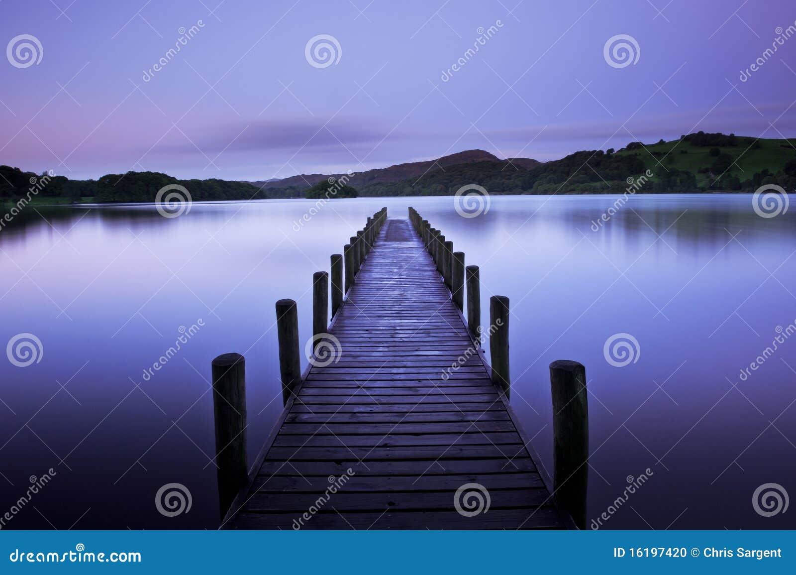 Alvorecer adiantado no lago