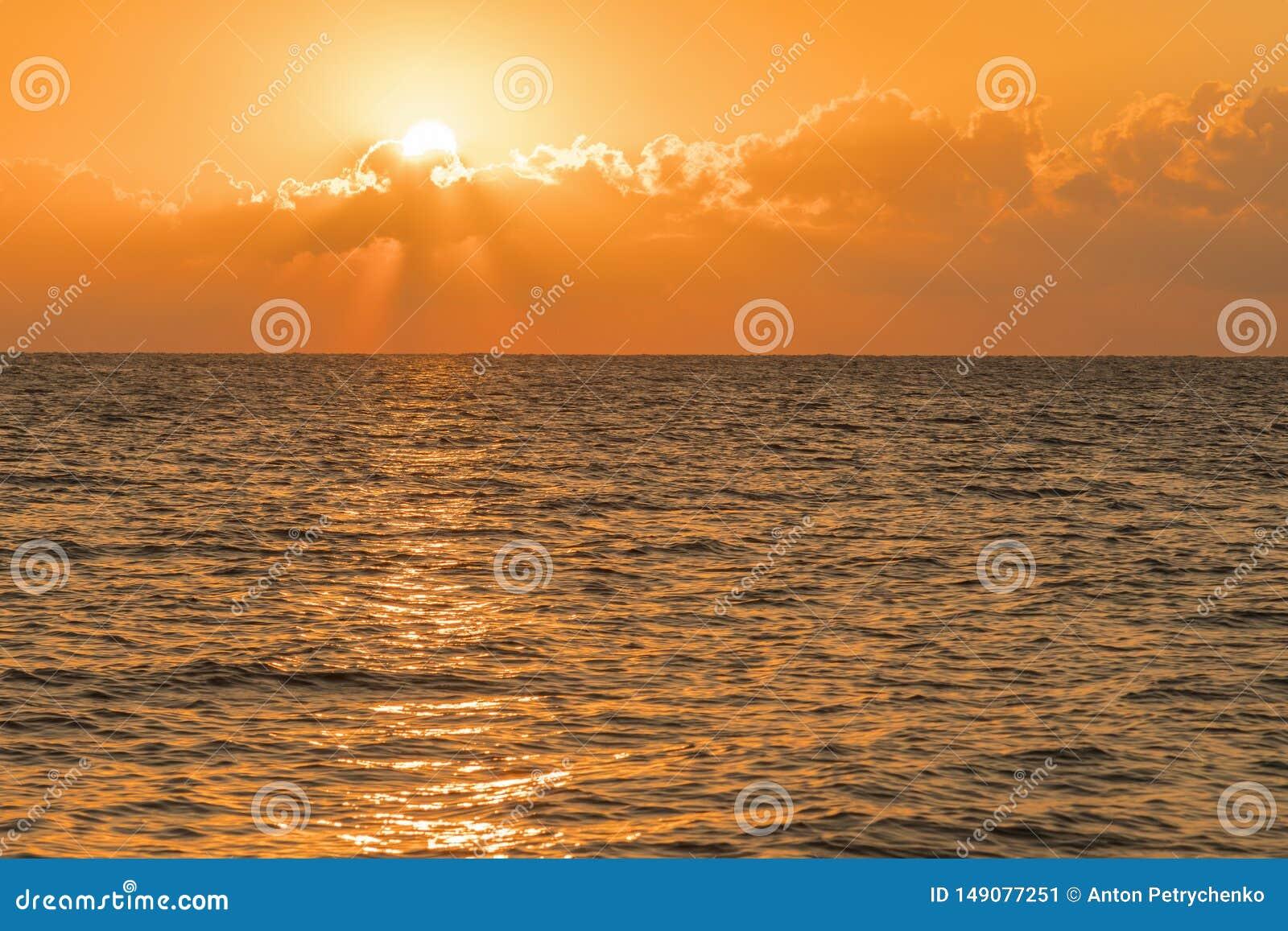 Alvorecer colorido sobre o mar, por do sol Por do sol m?gico bonito sobre o mar